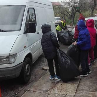Οι εθελοντές μαθητές βοηθούν στη μεταφορά των ανακυκλώσιμων υλικών.
