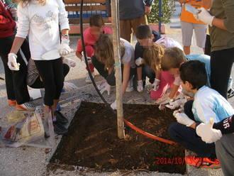 Τα παιδιά φυτεύουν τους βολβούς