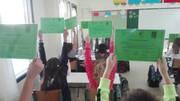 Οι μαθητές και μαθήτριες σε μεγάλες δόξες και χαρές με τα διπλώματά τους.