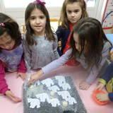 Τα παιδιά αντιλαμβάνονται το λιώσιμο του πάγου,χρησιμοποιώντας αλάτι.