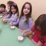 Τα παιδιά φτιάχνουν cupcakes, πολικά αρκουδάκια.